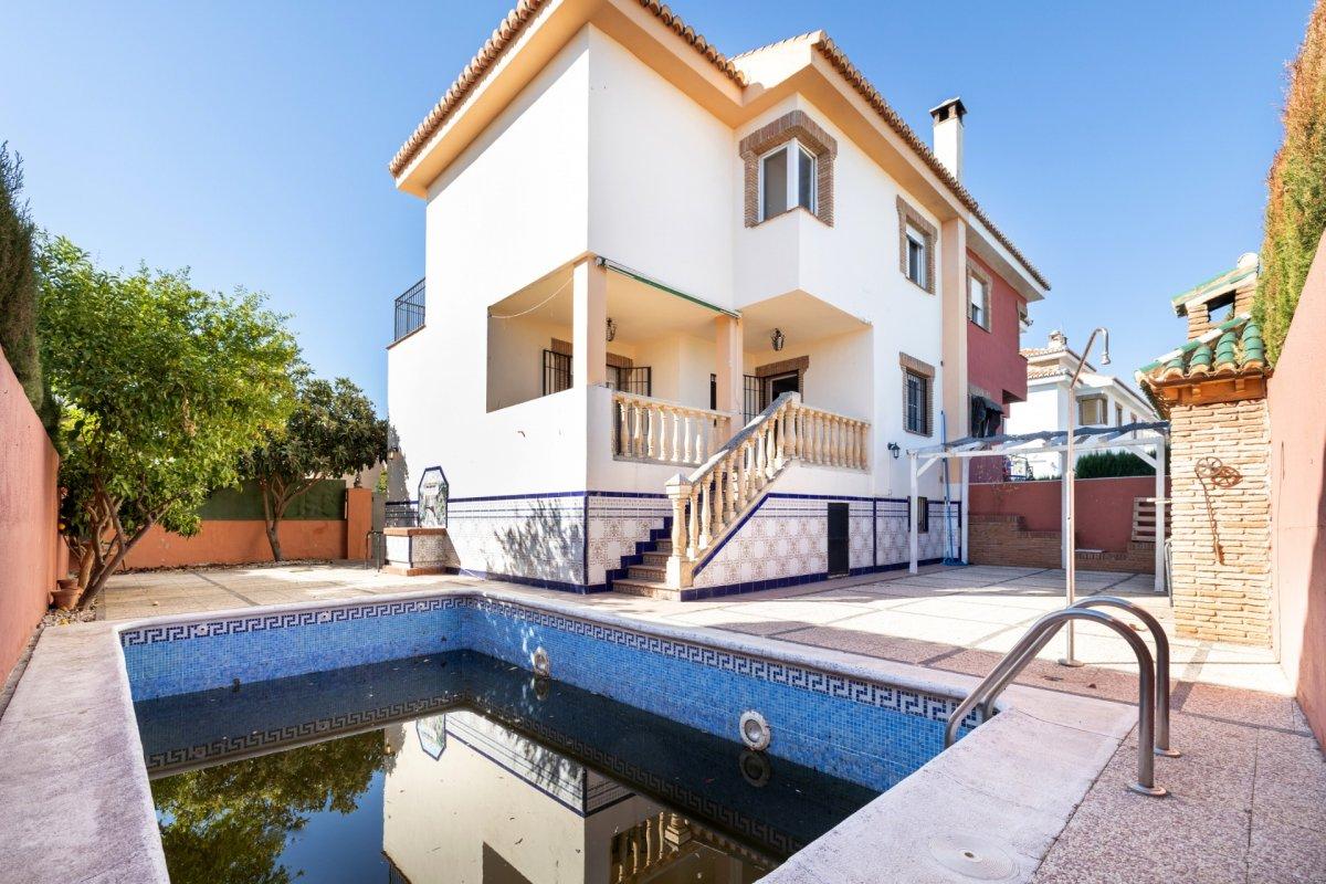 Pareada con Piscina propia en Loma linda: residencial Albayda, Granada