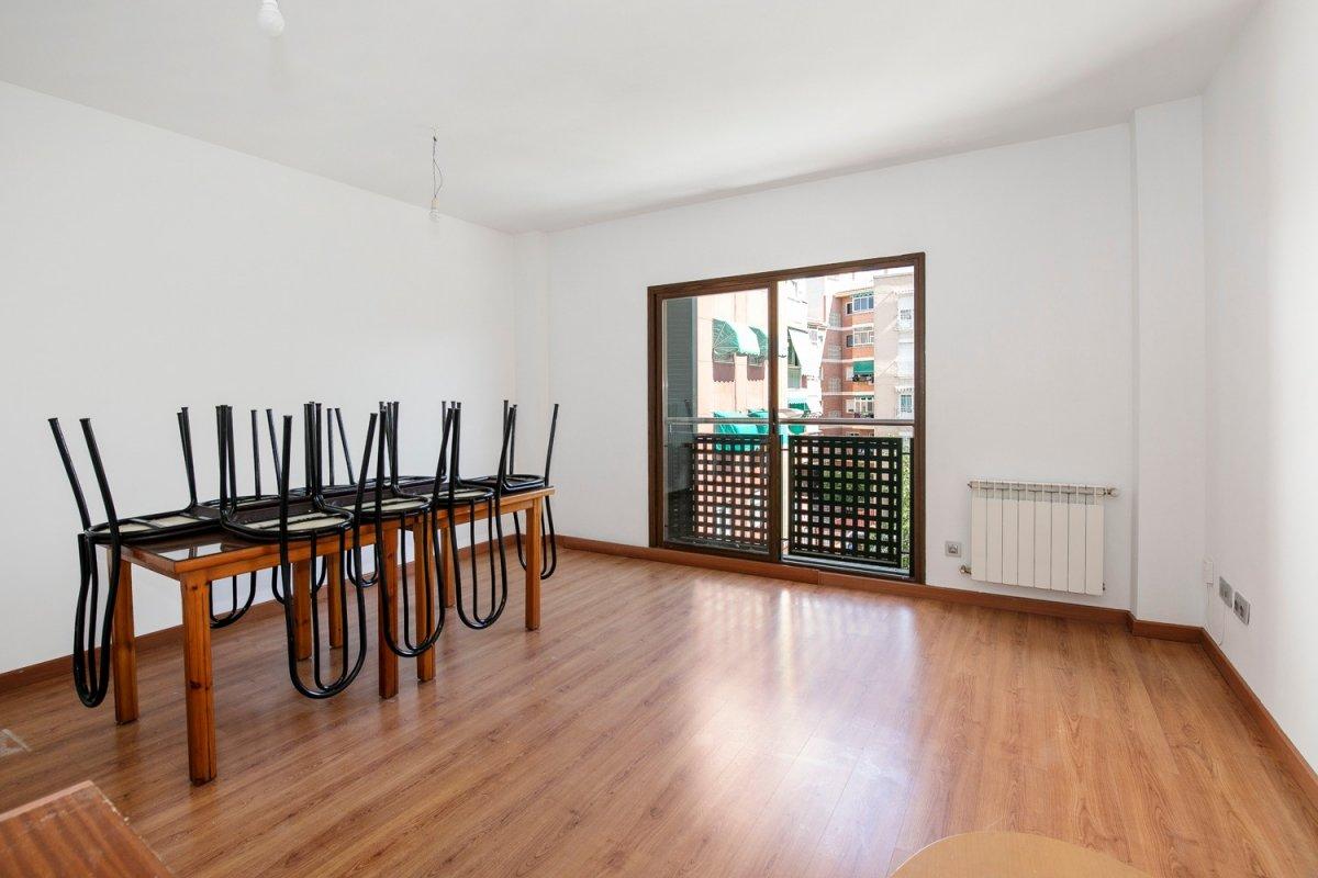 ¿buscando un piso para entrar a vivir, bien comunicado y que encima incluya cochera?