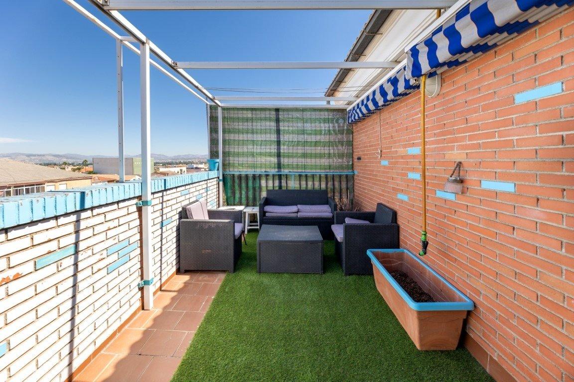 Piso muy amplio de tres dormitorios y gran terraza en pleno centro de armilla