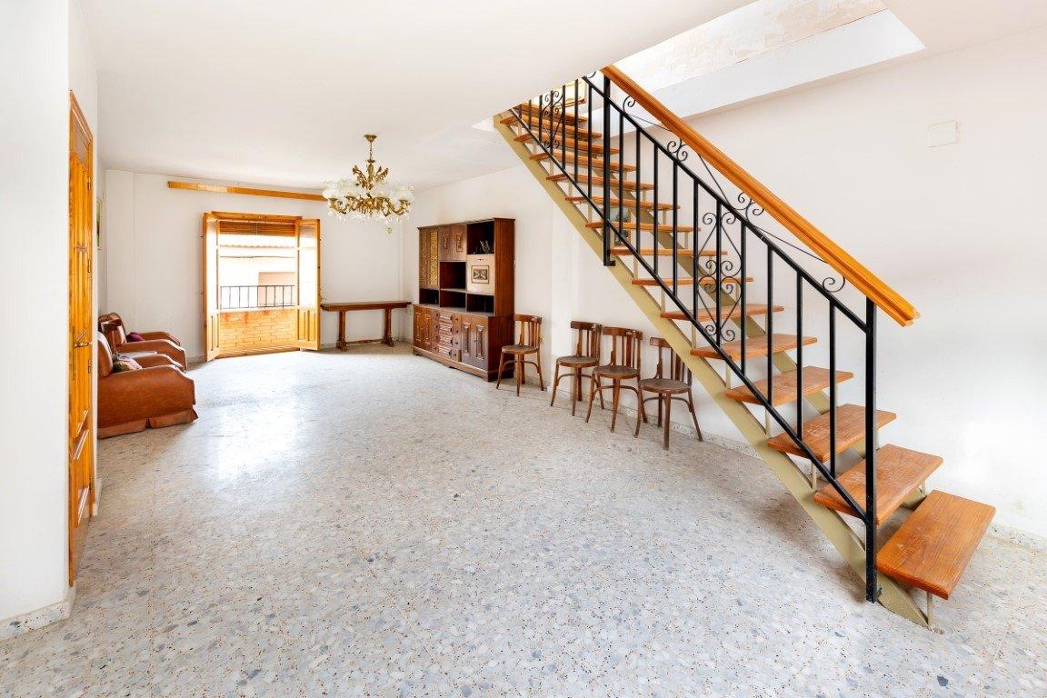 Casa adosada de 300 m2 en en centro de las gabias con muchisimas posibilidades