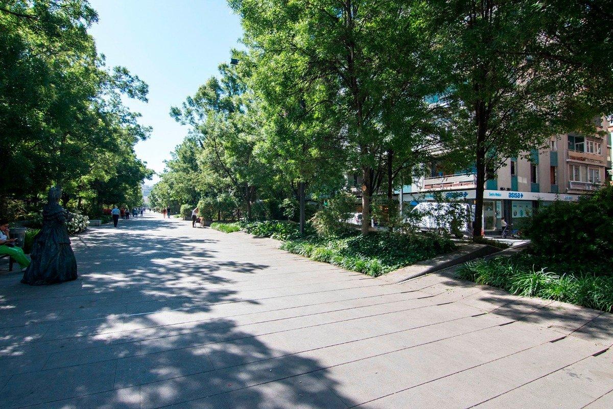 Le ofrecemos esta amplia cochera en una de las zonas más demandadas de plazas de aparcamiento