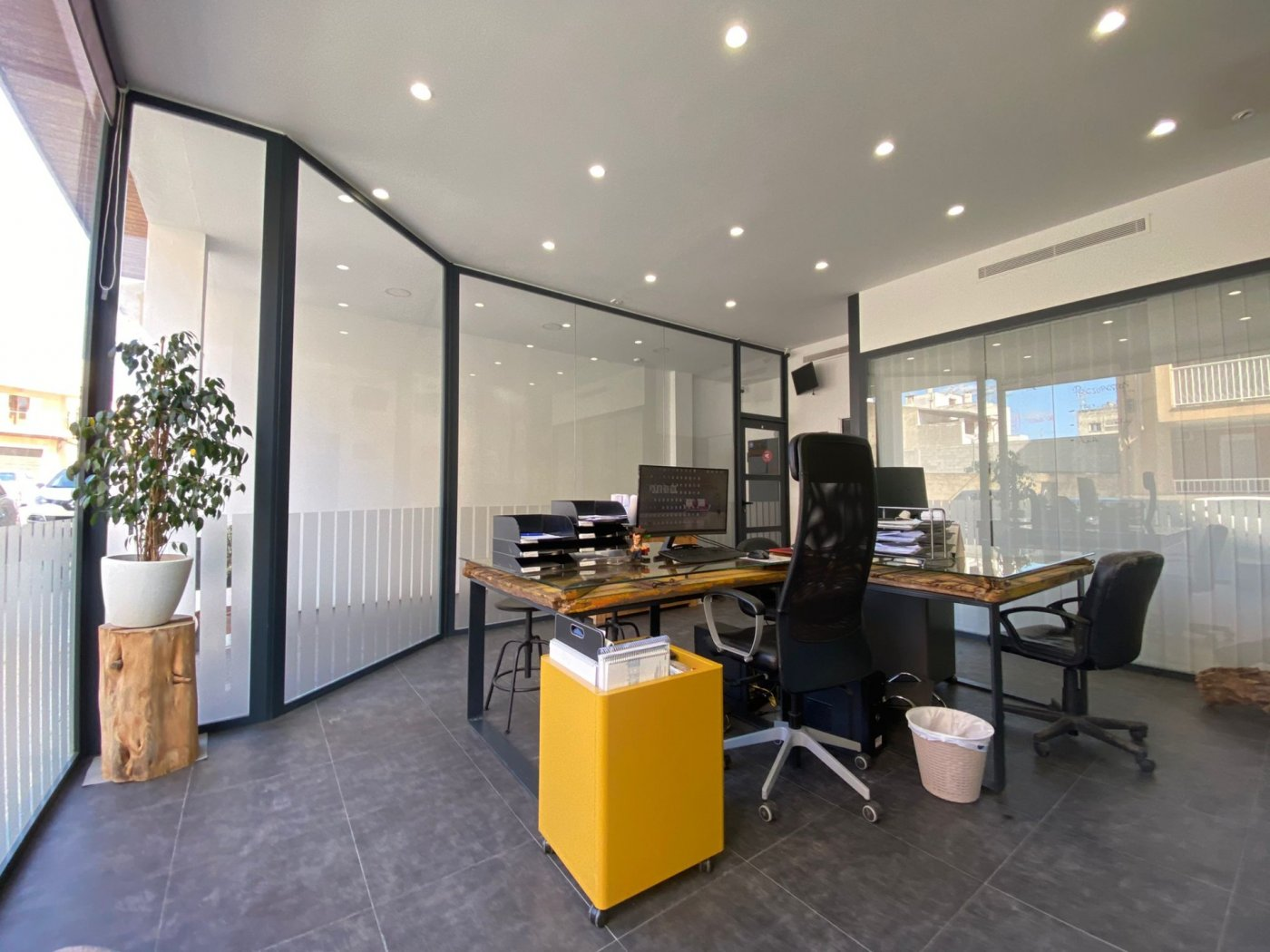 Amplio local con trasteros y zona de oficina. - imagenInmueble1