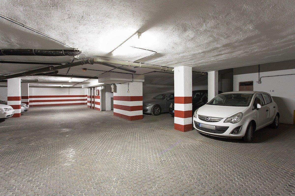 Plaza de garaje con trastero en pleno centro junto a Recogidas., Granada