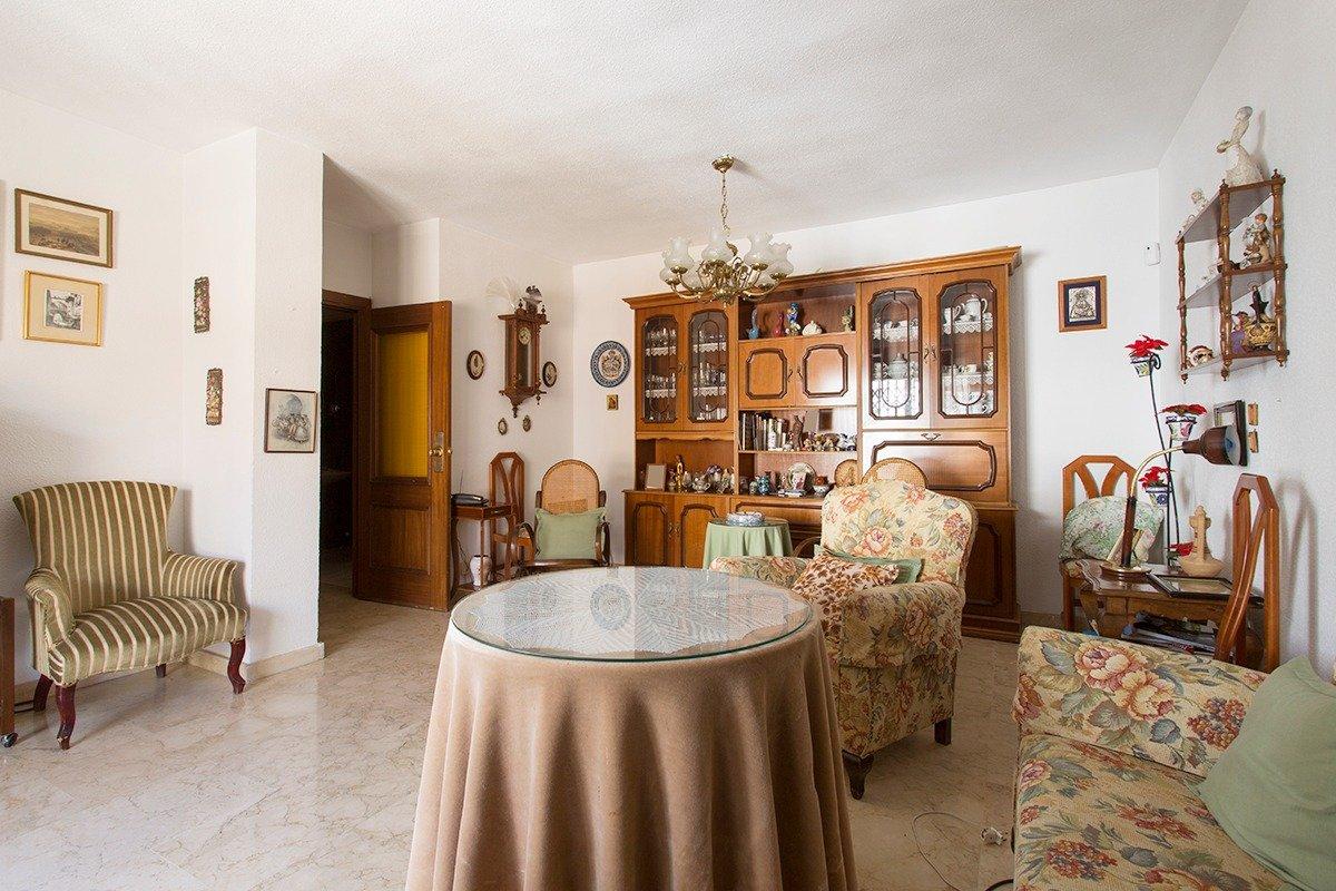 Extraordinario piso a reformar junto a San Juan de Dios. Plaza de garaje incluida., Granada