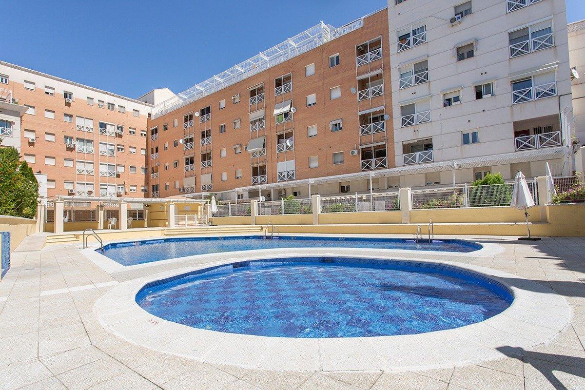Fantástico piso en Cenes con piscina comunitaria. Garaje y trastero incluido., Granada