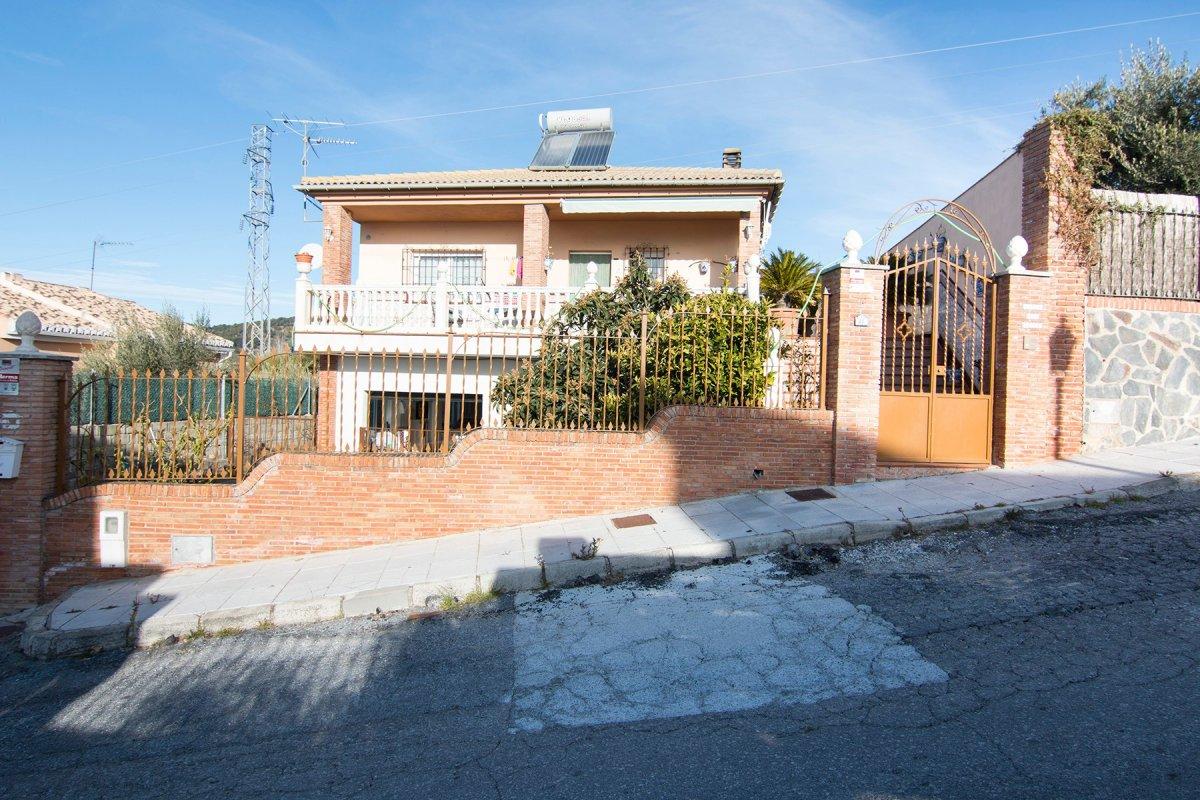 Casa con terreno en Huétor Santillán