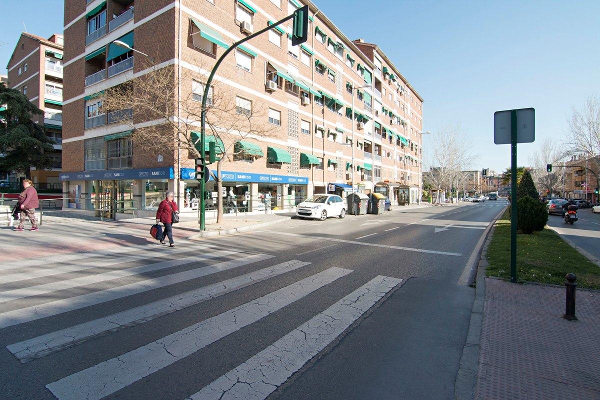 Magnifico local comercial junto al hospital de traumatologia, actualmente instalado y en funcionamie, Granada