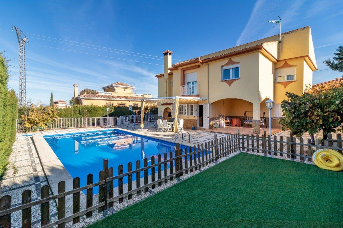 Fabuloso chalet independiente de 2 plantas en Nueva Otura con gran parcela y piscina., Granada