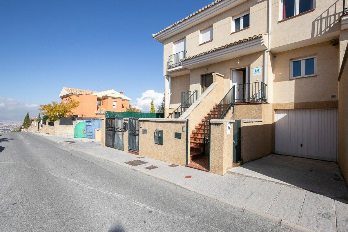 Unifamiliar adosada de 3 dormitorios en Residencial con piscina, Granada