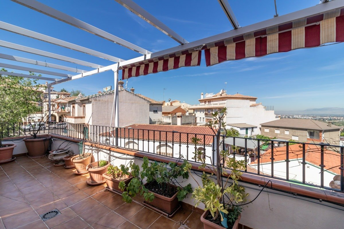 Piso de 3 dormitorios y 3 terrazas en el centro del Barrio de Monachil, Granada