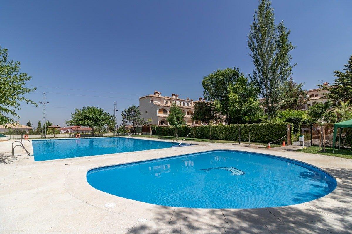 Unifamiliar de 3 dormitorios en residencial con piscina en bº monachil