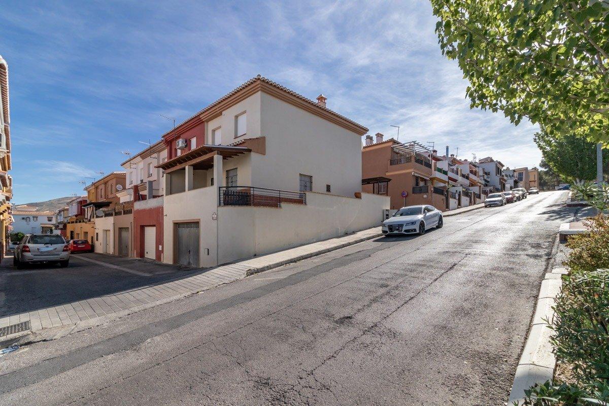 Casa adosada en esquina en el Barrio de Monachil, Granada