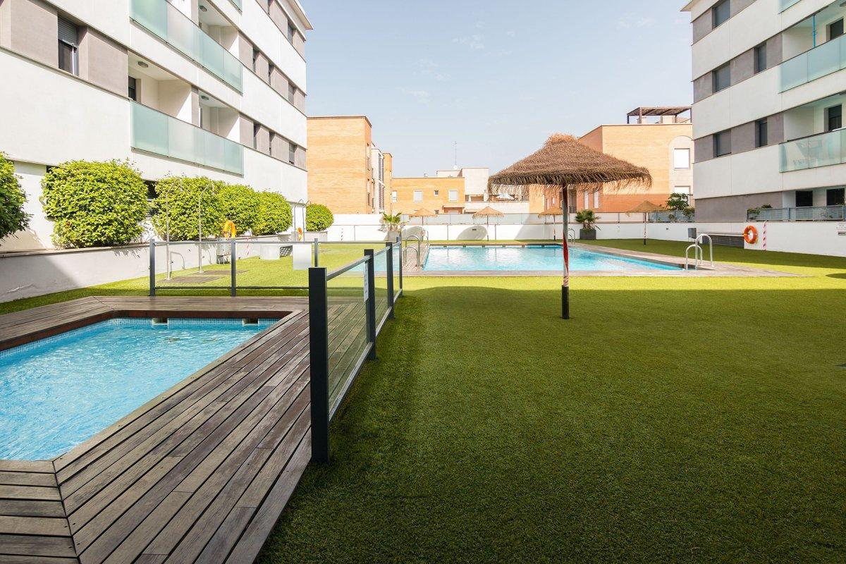 Espacioso y tranquilo piso de dos dormitorios en el serrallo , en urbanizacion con piscina y zonas c