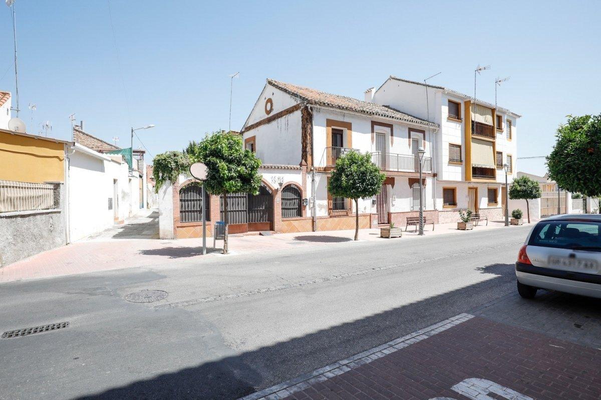 Espaciosa Casa con terreno en peligros , con muchas posibilidades, Granada