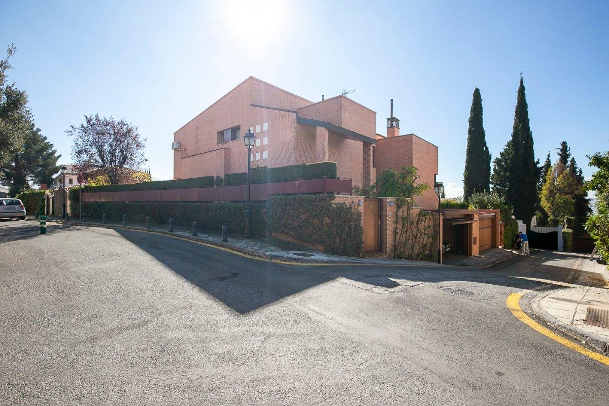 Situado en la urbanización residencial El Serrallo, se encuentra esta vivienda singular de lujo, Granada