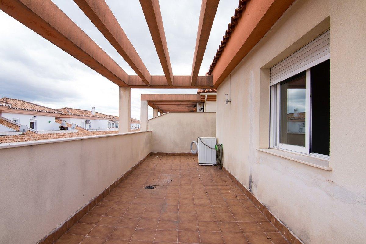 Atico en armilla. plaza de garaje y trastero. terraza de 52 m2