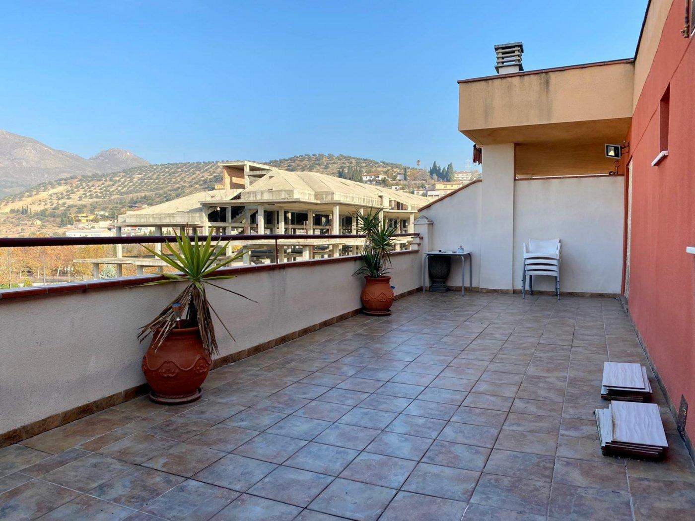Ático duplex en urbanización con piscina y zona infantil. Un dormitorio, y  2 cocheras, Granada