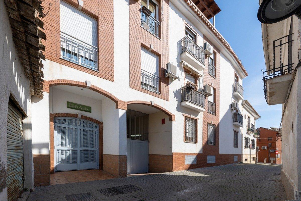 Piso en el centro del pueblo, junto a la plaza de la iglesia 3 dormitorios ,  baño,garaje y trastero
