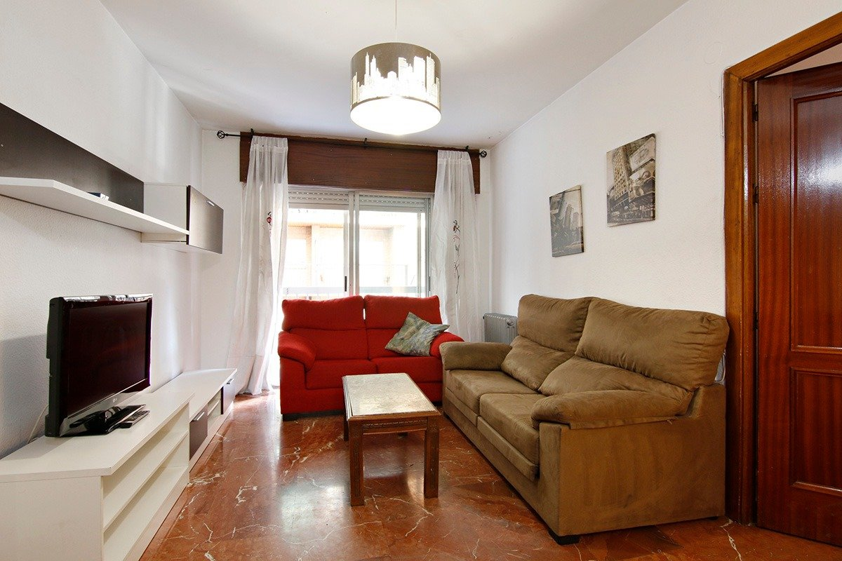 Piso en plaza menorca. 4 dormitorios, 2 baños. calefaccion central. 2 balcones. garaje