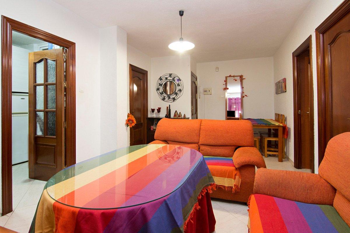Junto Avenida de Andalucia. Enfrente de la facultad de bellas artes. Piso de 2 dormitorios. Todo ext, Granada