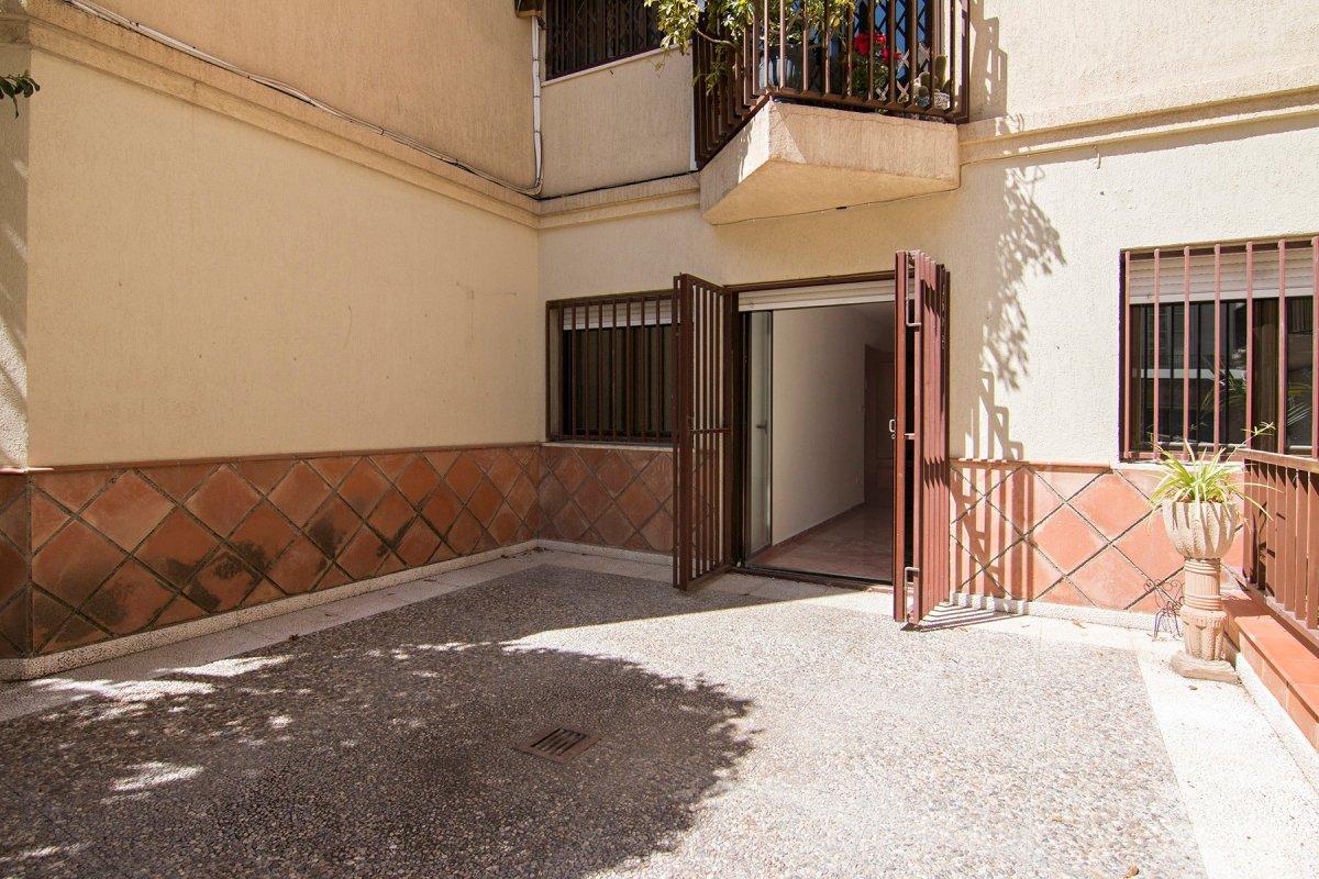 En pleno centro de la ciudad. Junto a calle Puentezuelas. Amplio piso de 4 dormitorios y 2 baños. Te, Granada