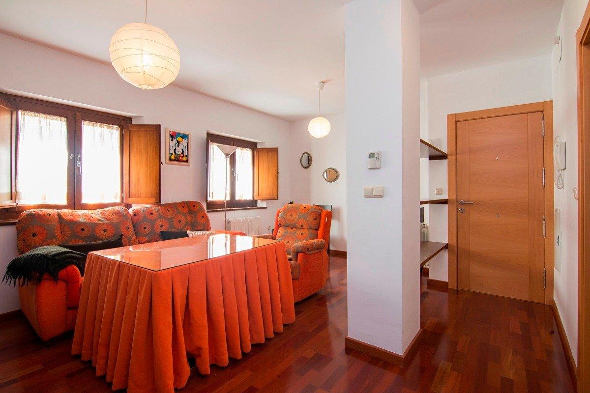 Precioso piso en Calle Fuente Nueva. Edificio de 2007. Compuesto por 3 dormitorios, salón, cocina, Granada