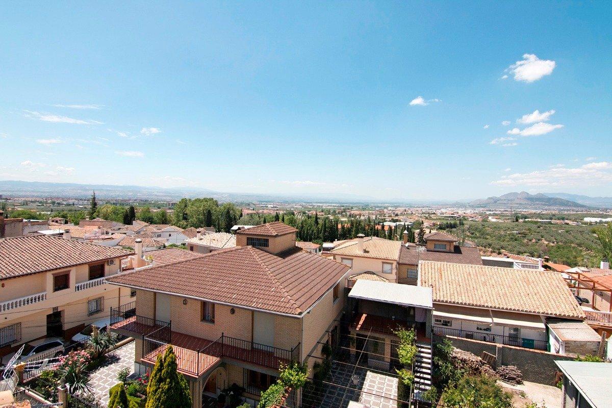 Compuesta por 3 plantas y una ultima con terraza solárium. Situada en una zona centrica, Granada