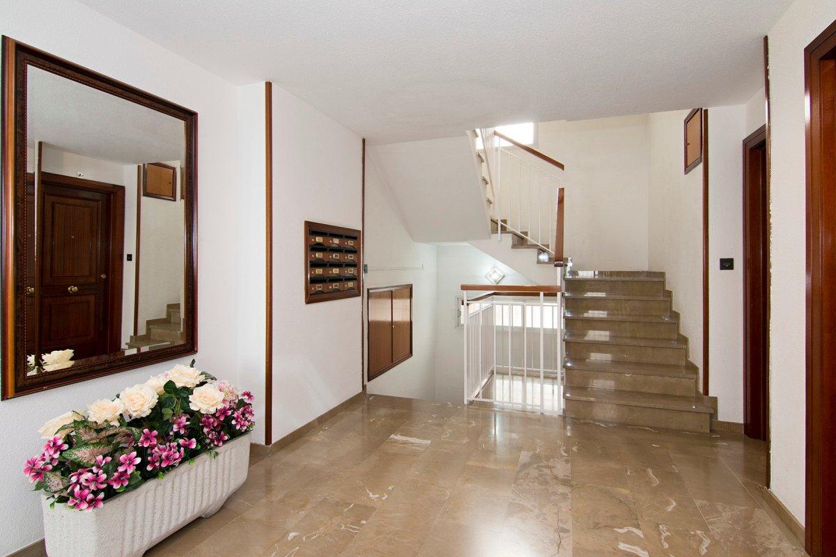Piso de 4 dormitorios, salón, cocina y dos baños. En C / Nueva de la Virgen. En pleno centro de Gran, Granada