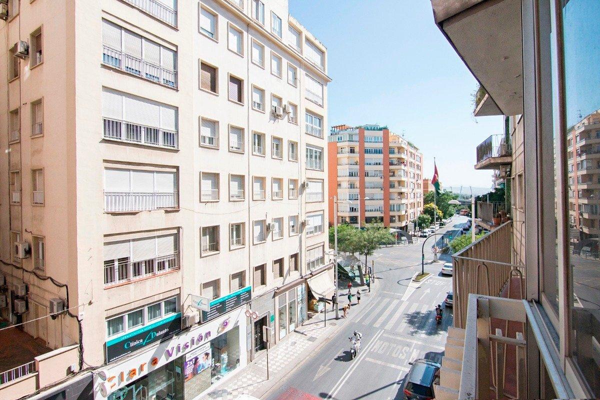 Emblemática calle Recogidas. Un piso con 4 dormitorios, cuarto de baño, aseo, calefacción., Granada
