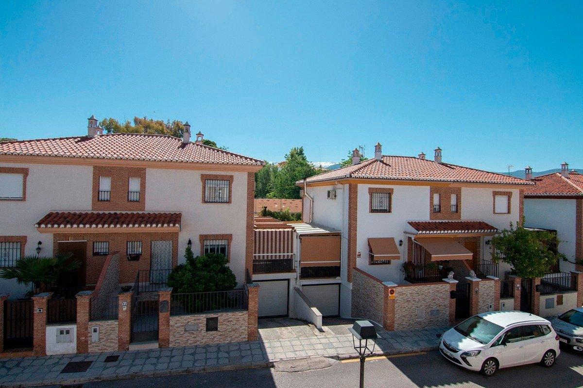 Bonita casa adosada en Gojar, zona de Casa Grande, junto al parque. A 10 minutos del centro de Grana, Granada