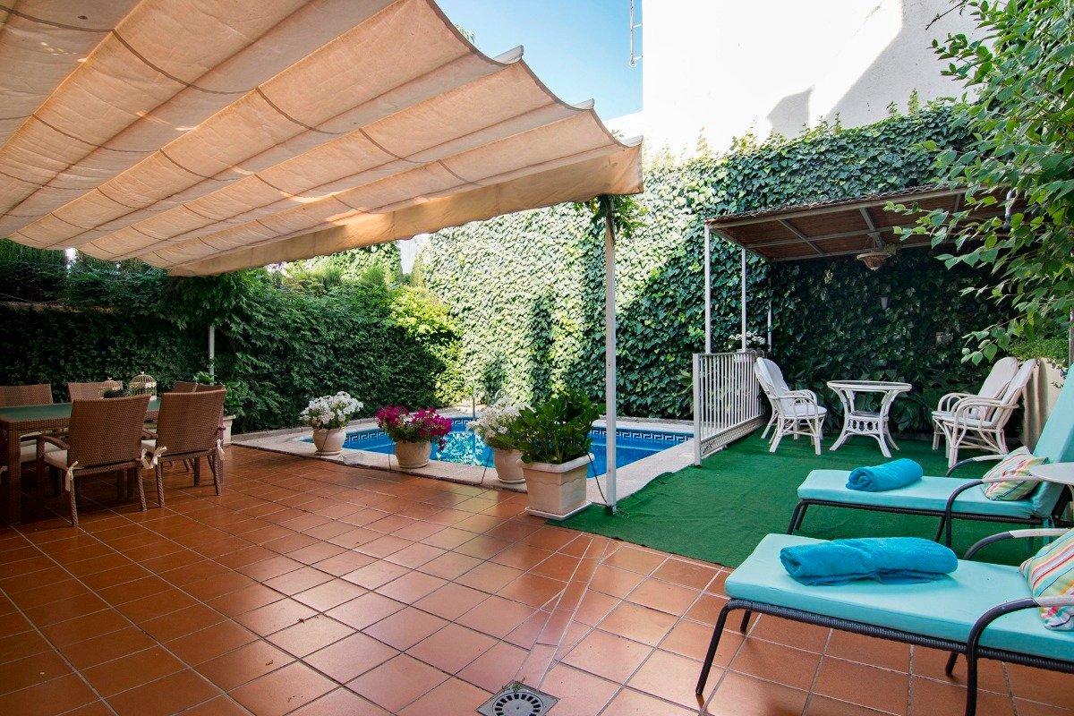 Serrallo. Pareada con poca antiguedad. Sotano mas dos plantas. Parcela de 280m2 con piscina propia., Granada