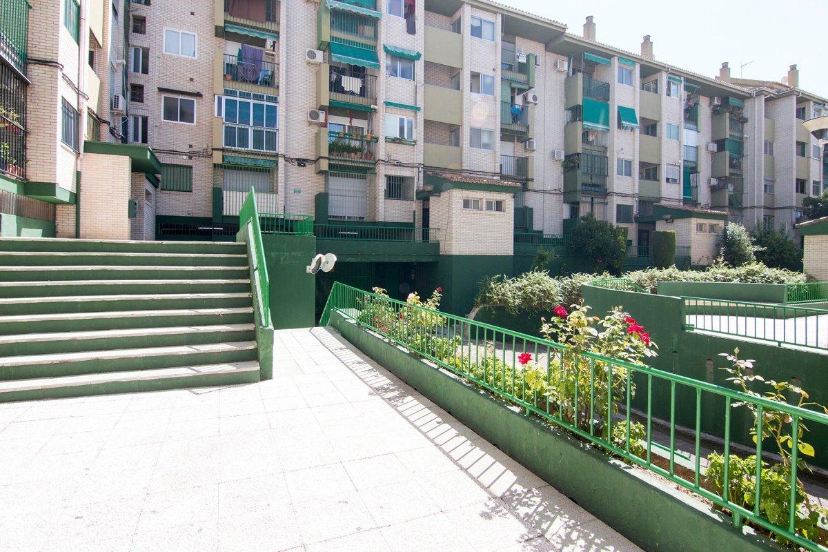 ¡¡ Gran oportunidad!! Piso de tres dormitorios con garaje cerrado en Parque Nueva Granada, Granada