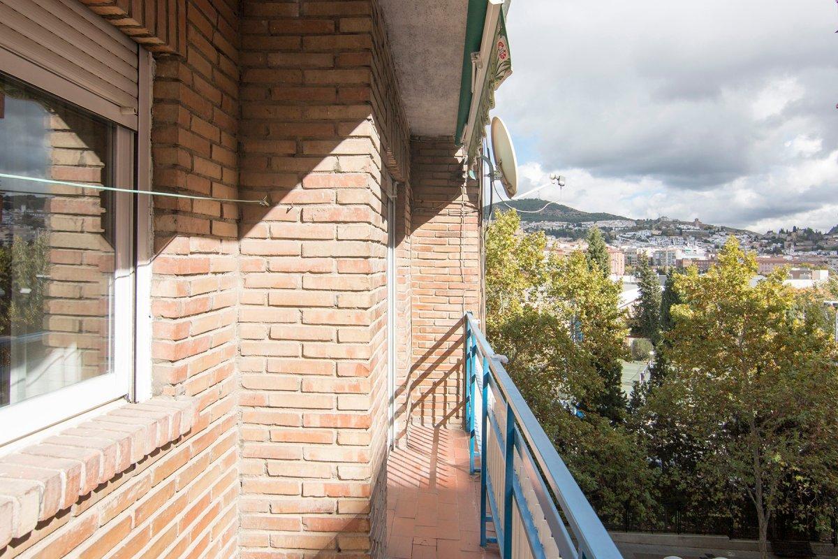 Magnifica oportunidad de compra. Enfrente facultad de ciencias amplio piso de 4 dormitorios, 1 baño, Granada