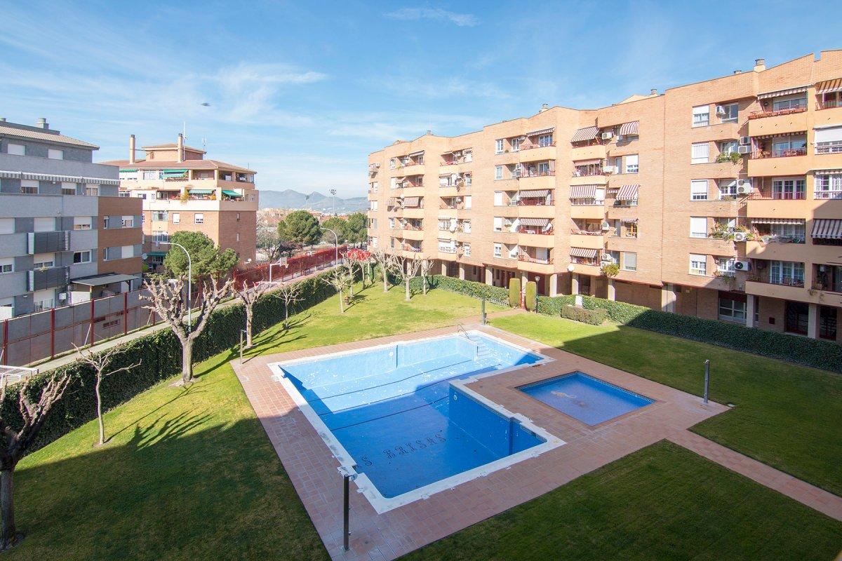 Esta buscando un buen piso familiar, donde pueda disfrutar de familia y amigos, en una urbanización, Granada