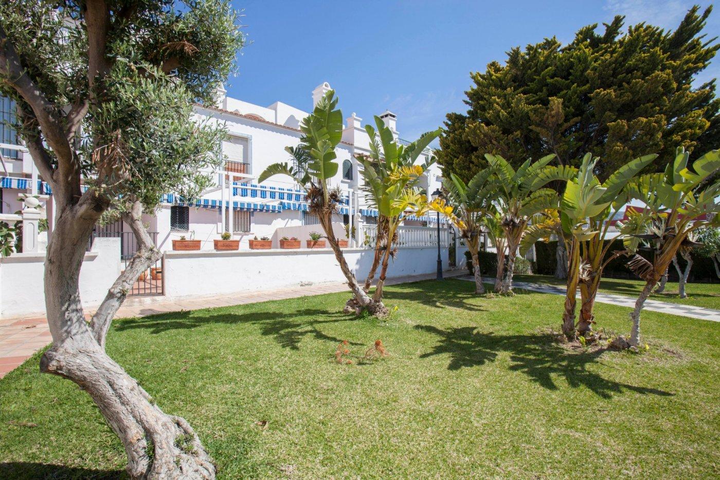 Atencion magnifico piso con terraza, piscina y 2 garajes cerrados en la perla, calahonda