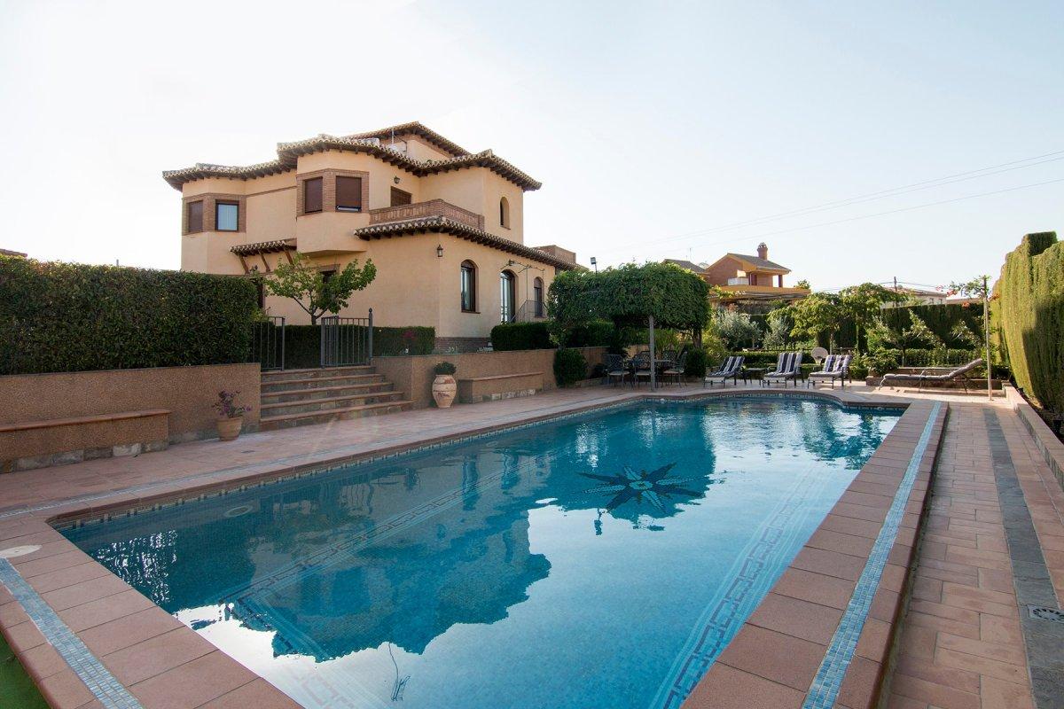 Magnifica vivienda tipo Chalet con Piscina y Jardin consolidado. 450 m Construidos 1.255 m de Parcel, Granada