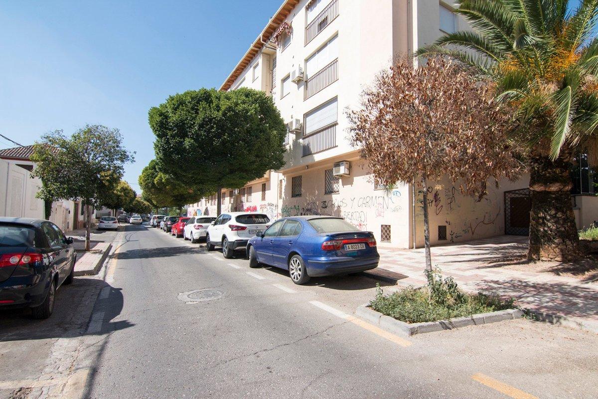Junto a Cervezas Alhambra, muy buena y demandada zona de garajes., Granada