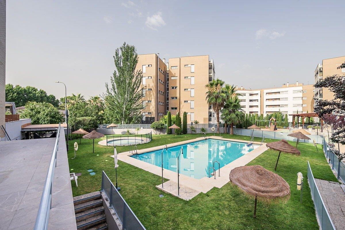 Oportunidad única!!!. piso tres dormitorios, dos baños, garaje y trastero. urb. privada con piscina.
