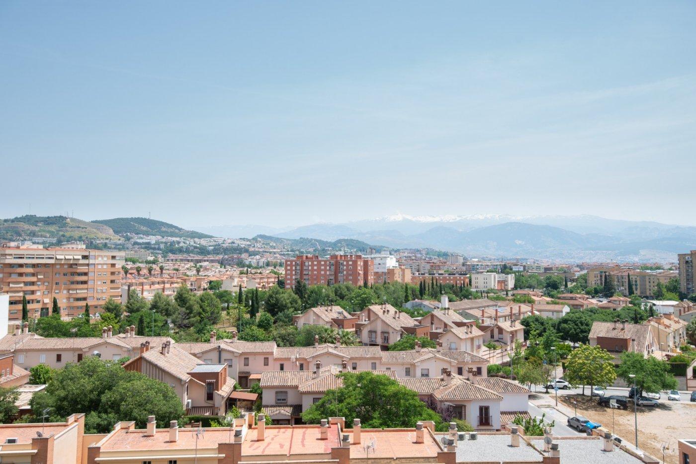 Las increíbles vistas de la alhambra y la sierra a tu alcance desde este piso con garaje y trastero.