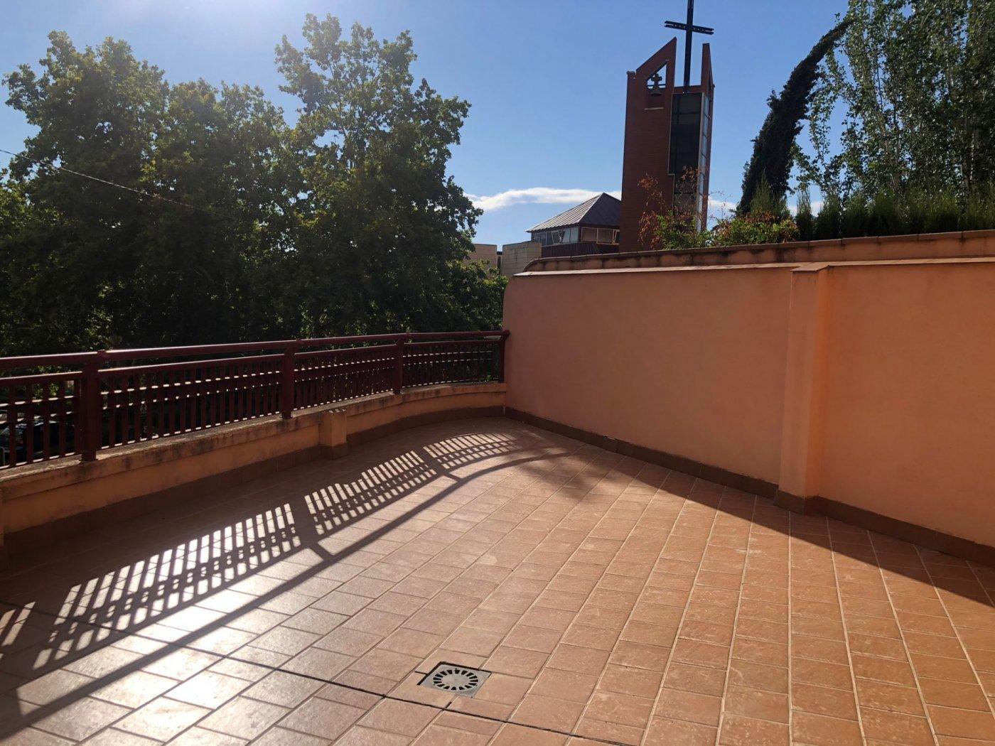 Piso con terraza y patio interior