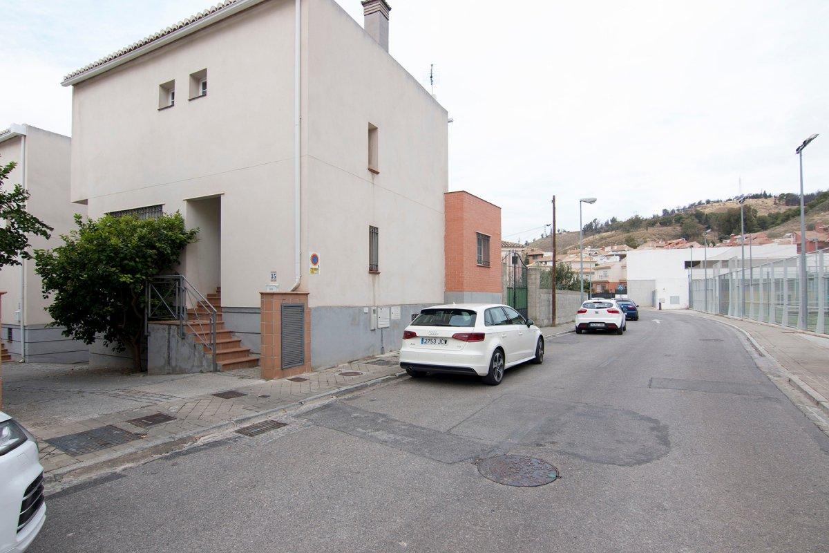 Vivienda situada junto al nuevo acceso a la alhambra y junto hospital vithas.