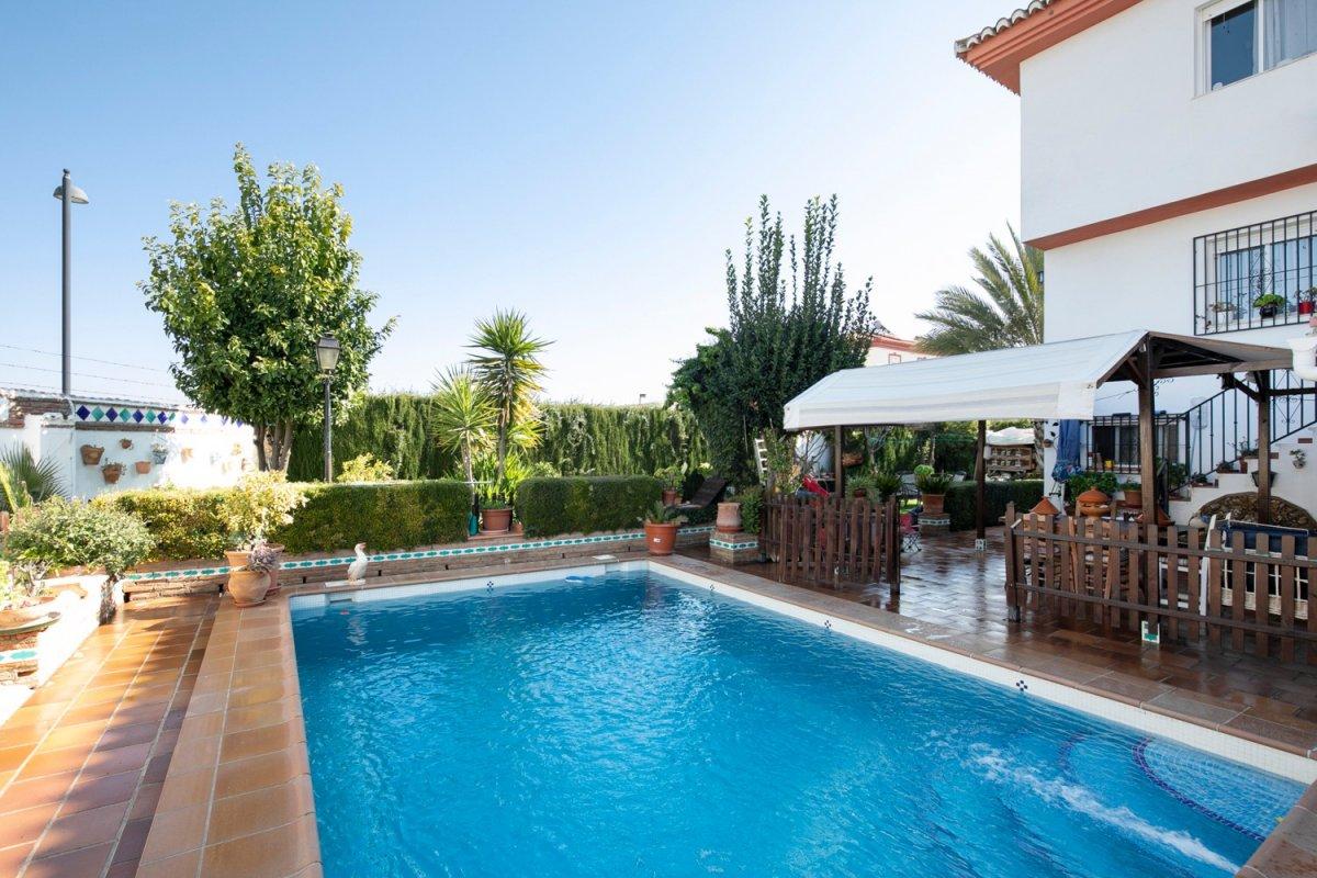 Casa pareada con piscina propia y amplia parcela