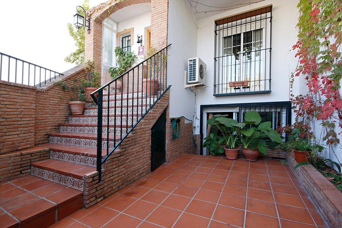 Casa adosada en Huetor Vega, de cuatro dormitorios, dos baños, un aseo y salón., Granada
