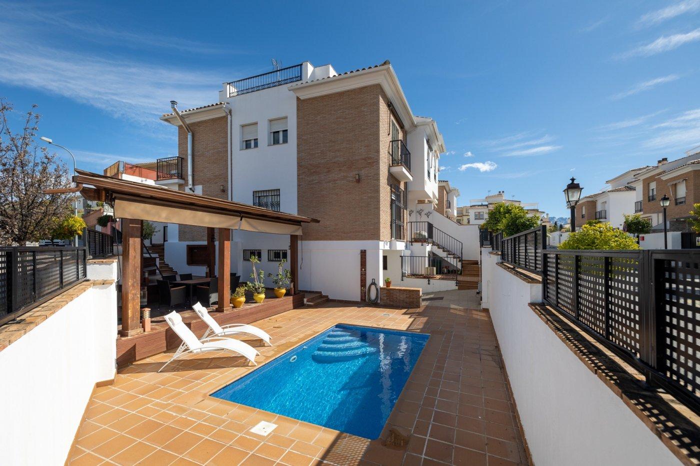 Casa pareada de cuatro dormitorios mas torreón y piscina.
