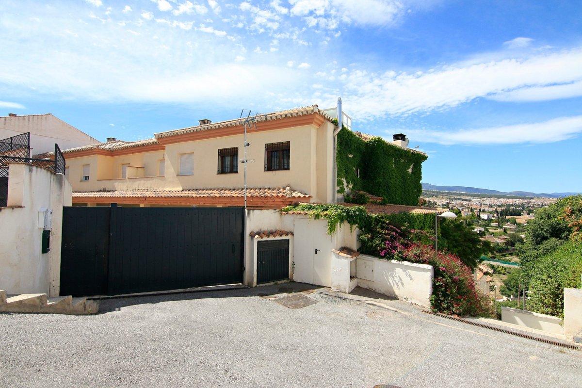 Casa adosada en Huetor Vega, 4 dormitorios, salón, aseo y dos baños, Granada