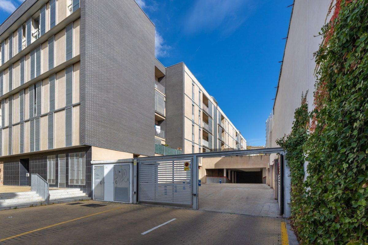 Magnifica plaza de garaje con amplio trastero junto avda. madrid y antigua facultad de medicina
