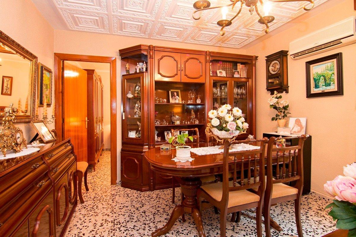 Estupendo piso en muy buena zona del Zaidín (junto Avda. Dílar) con mucha luz y totalmente exterior
