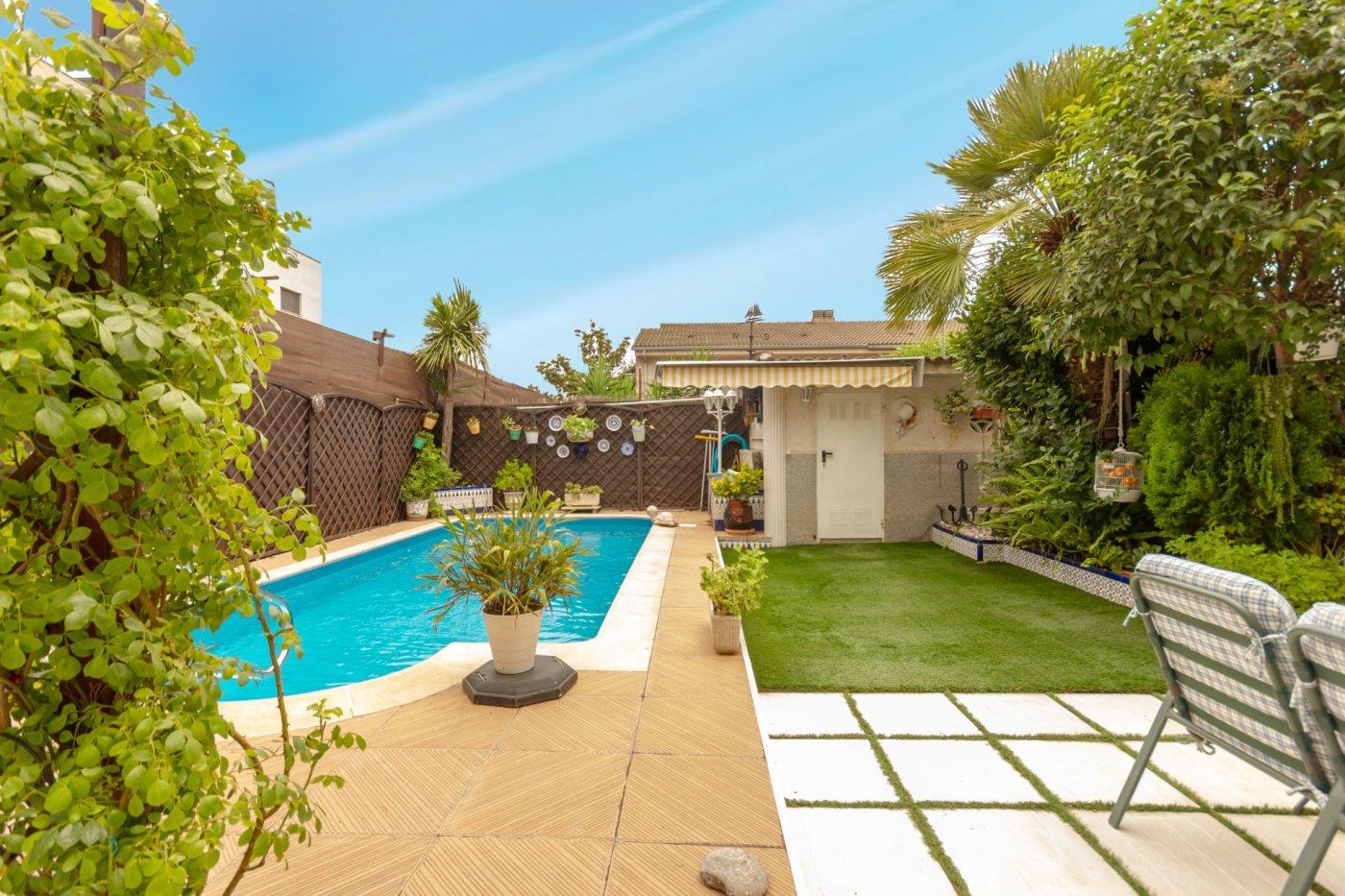 Casa pareada con 5 habitaciones, 3 baños, garaje, piscina y jardín en el casco urbano de a - imagenInmueble0