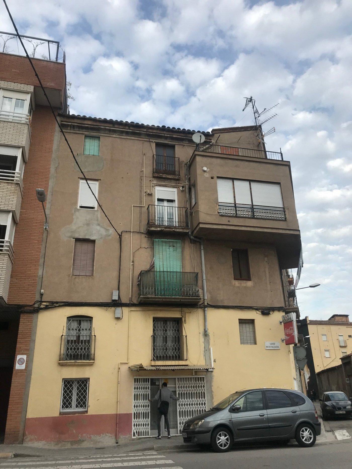 Edificio esquinero en venta en Manresa
