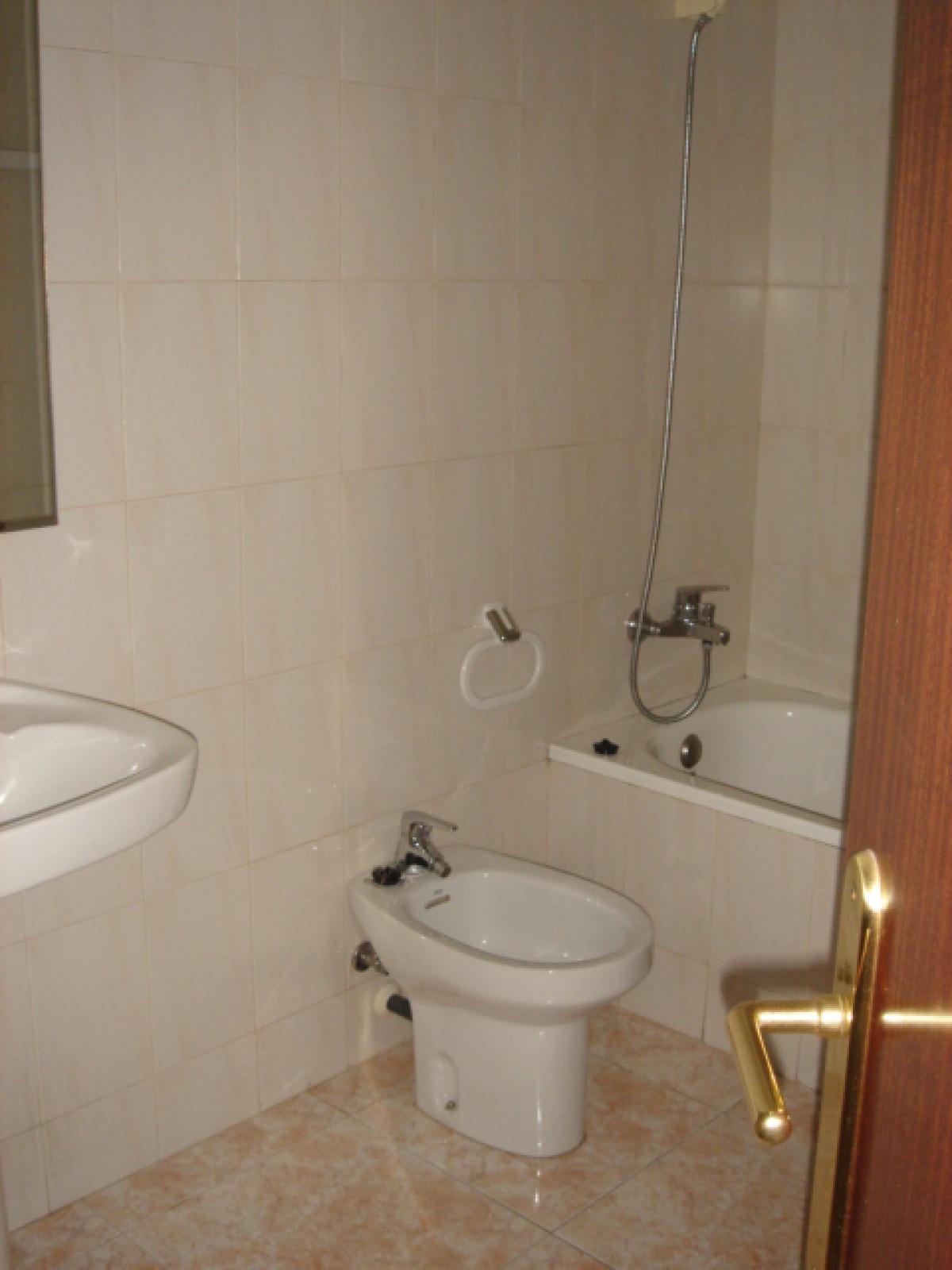 Pis de 1 habitació doble amb armaris encastats, 1 bany complert, saló menjador, cuina separada, disposa de terrassa, sol i vistes.